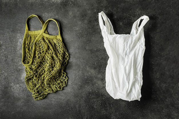 Zielona sznurkowa torba i biała plastikowa torba. pojęcie braku plastiku. wybierz produkt ekologiczny.
