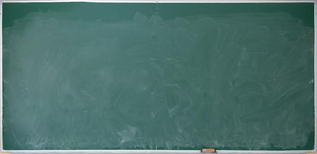 Zielona tablica szkolna z kredą w proszku