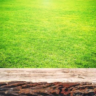 Zielona trawa i drewniane deski słoneczne lato tło