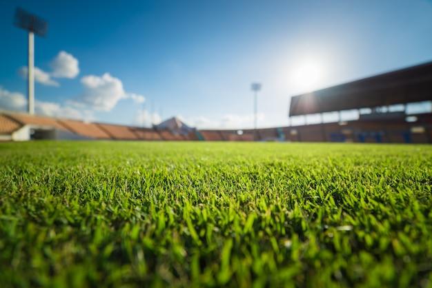 Zielona trawa na stadionie piłkarskim