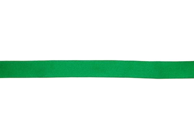 Zielona wstążka na białym tle