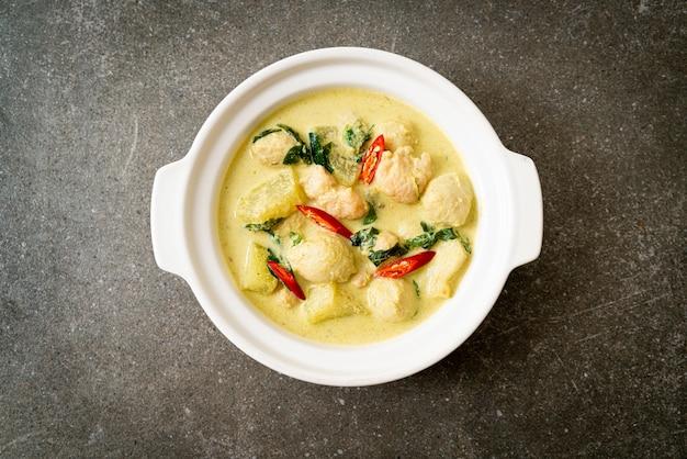 Zielona zupa curry z mieloną wieprzowiną i kulką mięsną w misce