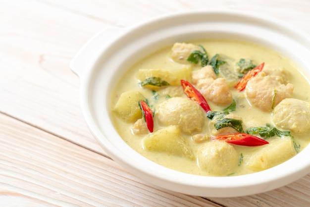 Zielona zupa curry z mieloną wieprzowiną i kulką mięsną