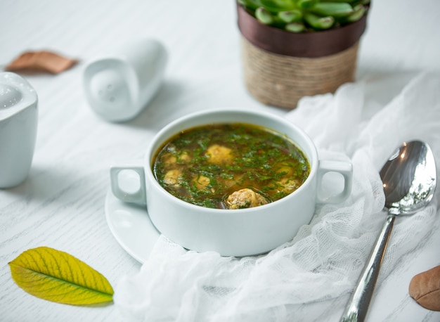 Zielona zupa z klopsikami