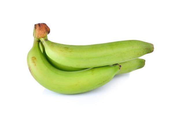 Zielone banany na białym tle na białej ścianie