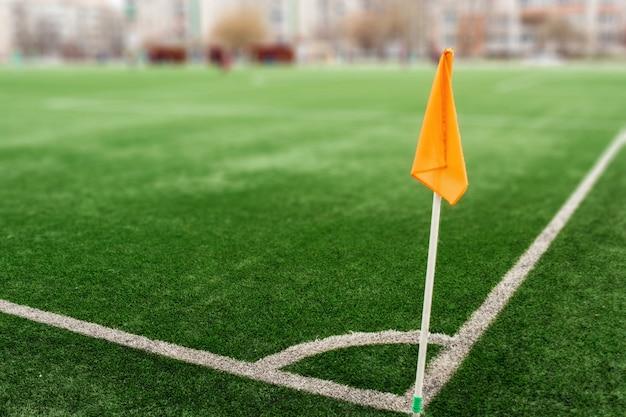 Zielone boisko sportowe ze sztuczną trawą.