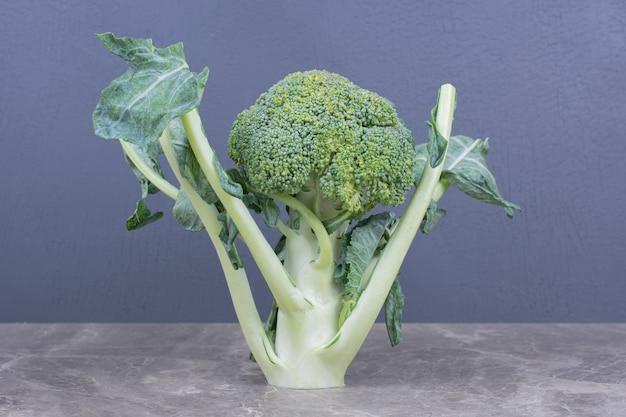 Zielone brokuły na białym tle na powierzchni szarego marmuru
