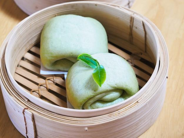 Zielone bułeczki na parze lub mantou lub salapao z liściem zielonej herbaty