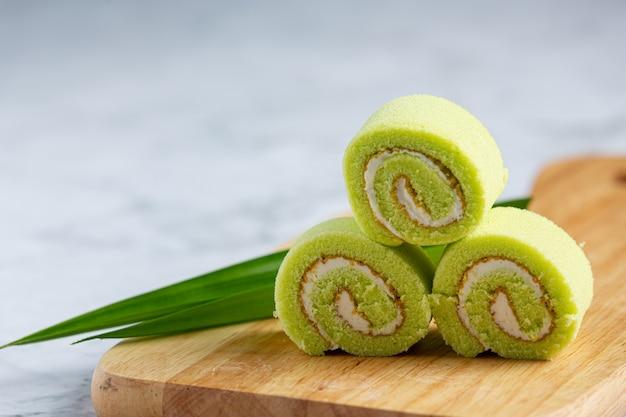 Zielone ciasto pandan roll gotowe do spożycia