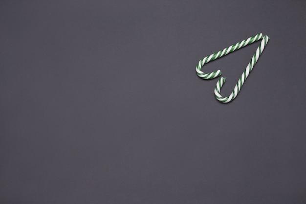 Zielone cukierki w kształcie serca na szarym tle