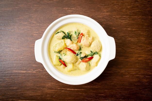 Zielone curry z mieloną wieprzowiną i kulką mięsną w misce - azjatyckie jedzenie