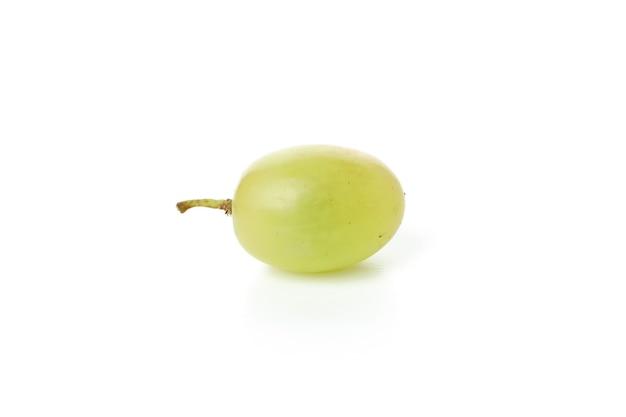 Zielone dojrzałe winogrona na białym tle