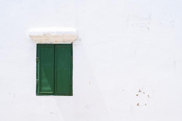 Zielone drewniane zamknięte okno