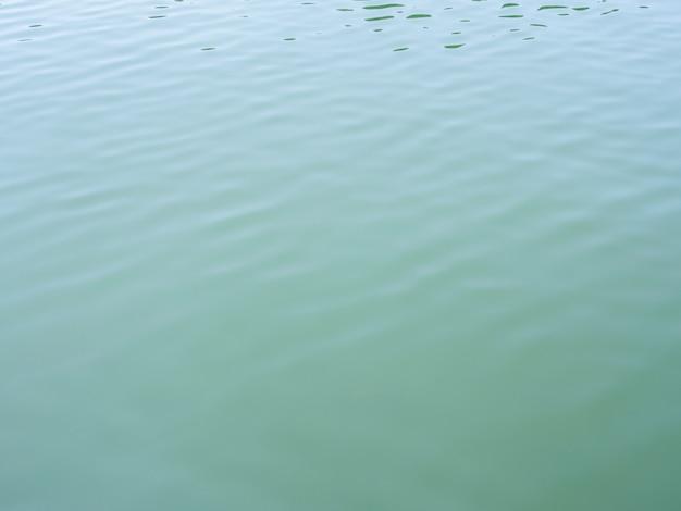 Zielone fale wody w słoneczny dzień