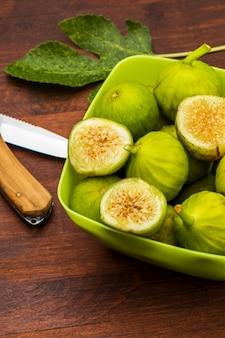 Zielone figi, świeże i dojrzałe. z liściem figowym.