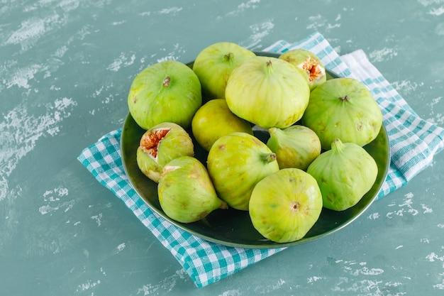 Zielone figi w talerzu widok z góry na gips i szmatki piknikowe