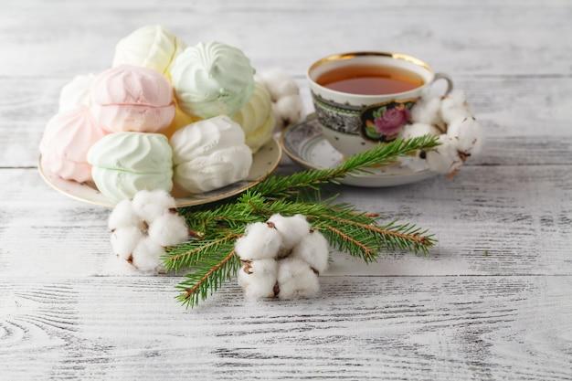 Zielone futro, cynamon, bawełna zbliżenie kompozycji świątecznej,
