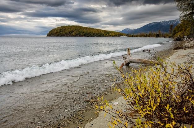 Zielone góry i błękitne wody krajobraz