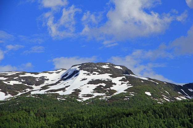 Zielone góry z ośnieżonym szczytem