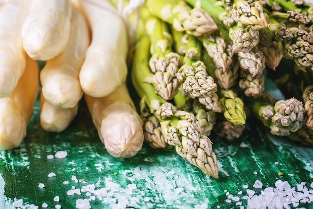 Zielone i białe szparagi