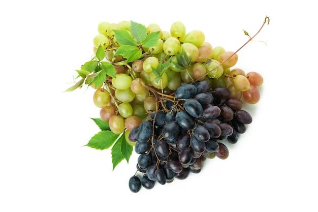 Zielone i ciemne dojrzałe winogrona na białym tle
