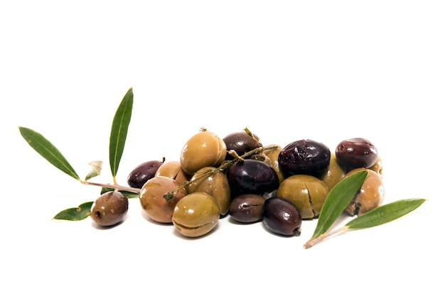 Zielone i czarne oliwki