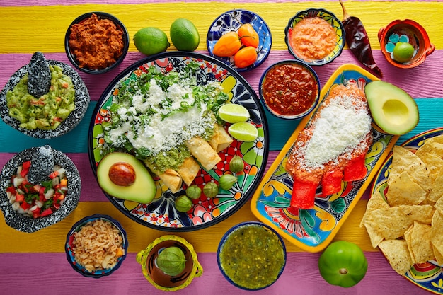 Zielone i czerwone enchilady z meksykańskimi sosami