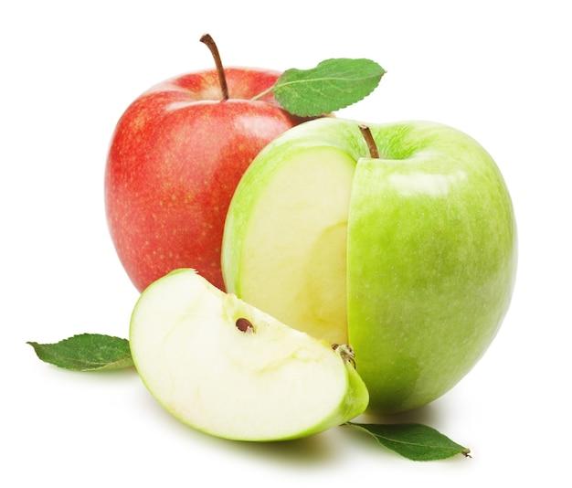 Zielone i czerwone jabłko z liśćmi na białym tle