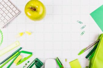 Zielone jabłko i zestaw papeterii