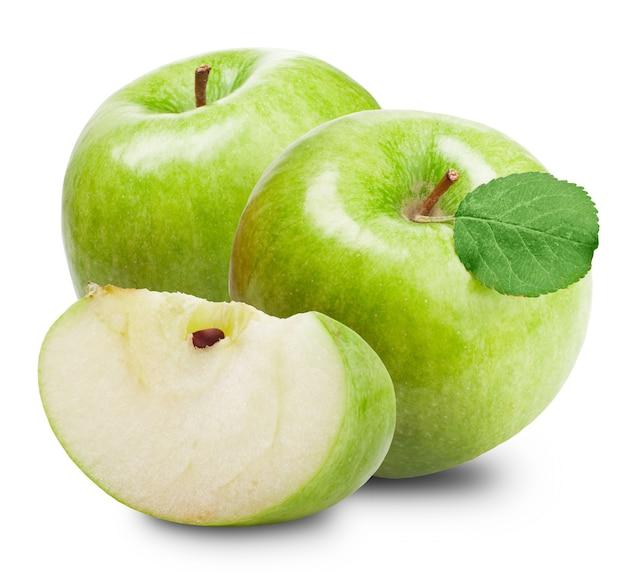 Zielone jabłka i pół jabłka na białym tle