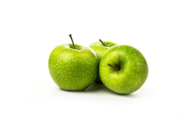 Zielone jabłka na białym tle.