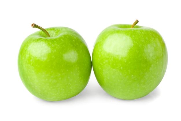 Zielone jabłka na białym tle