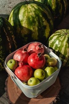 Zielone jabłka z arbuzami i granatami