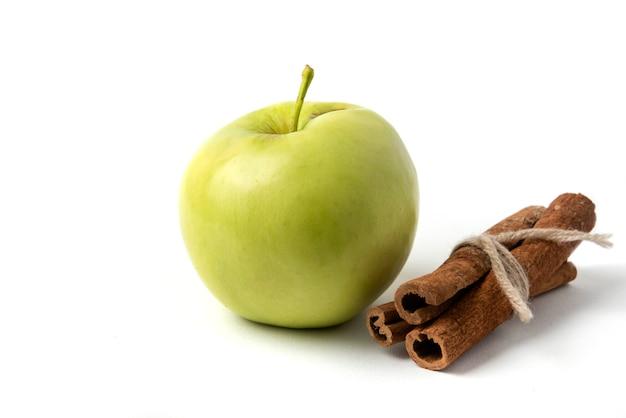 Zielone jabłko i bulion z lasek cynamonu