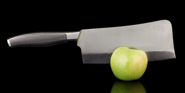 Zielone jabłko i nóż na czarno