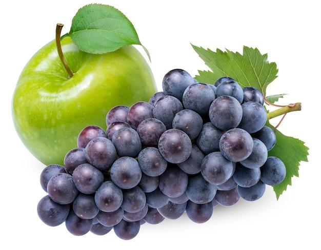 Zielone jabłko i winogrono kyoho z liśćmi na białym tle
