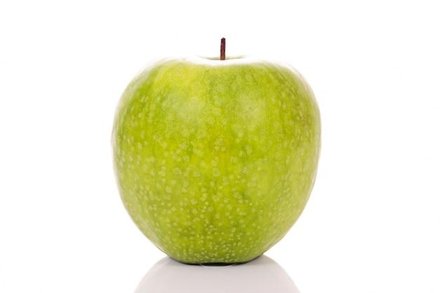 Zielone jabłko na białym tle w studio