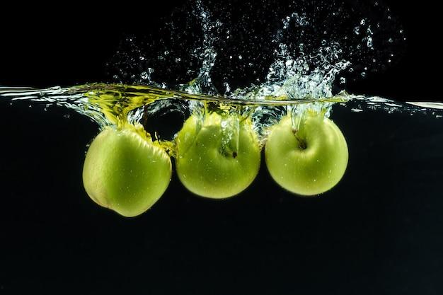 Zielone jabłko pod wodą