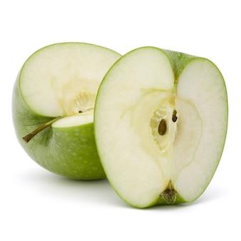Zielone jabłko pokrojone na białym tle na białym tle wyłącznik
