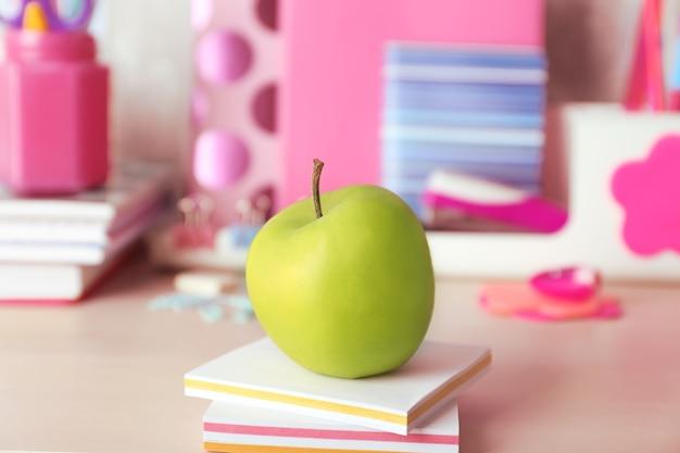 Zielone jabłko z kolorową papeterią