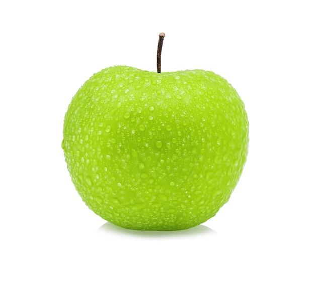 Zielone jabłko z kroplą wody na białym tle