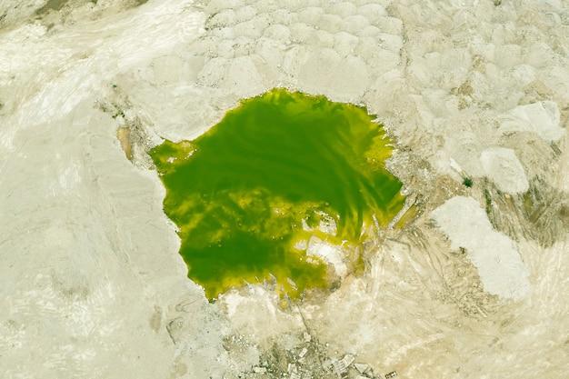 Zielone jezioro powstałe w miejscu piaskownicy