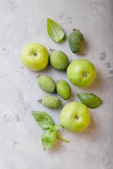 Zielone koktajle i składniki. jabłko i feijoa, liść bazylii