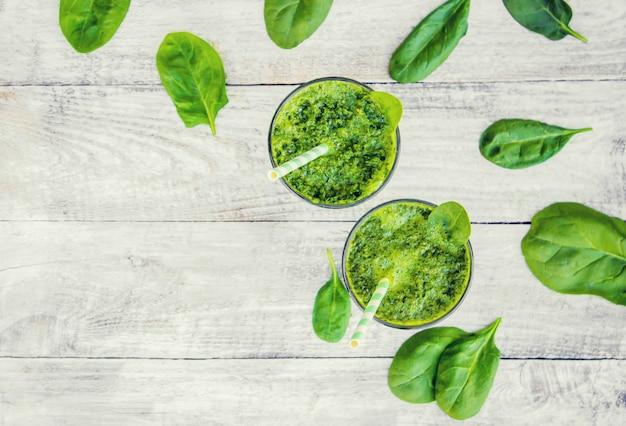 Zielone koktajle z warzywami i owocami. dzień detox. odchudzanie i wydalanie żużlu. zdrowe odżywianie. selektywna ostrość.