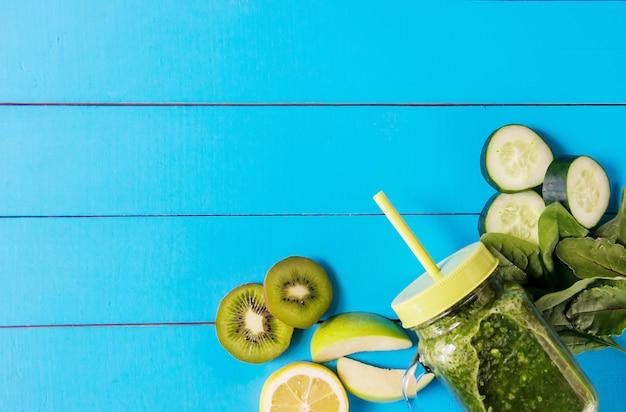 Zielone koktajle z warzywami i owocami. dzień detox.