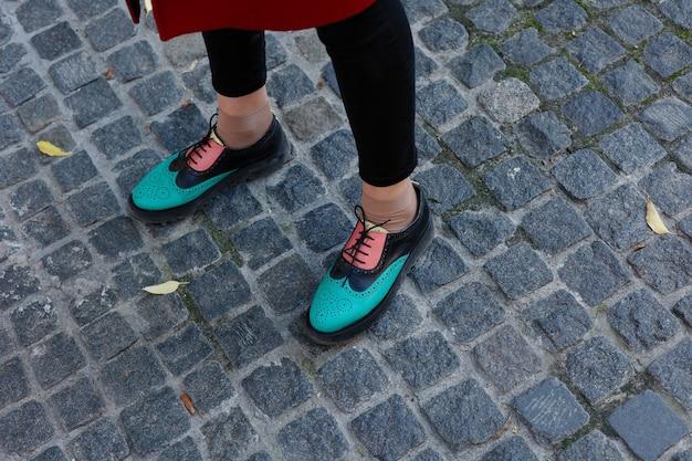 Zielone lakierowane oxfordy. widok z góry. ścieśniać. hipster kobieta nosić modne buty mokasyny z frędzlami