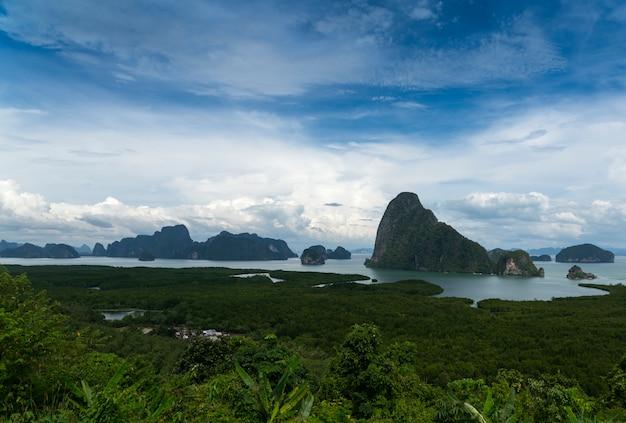 Zielone lazurowe wyspy pływają w lazurowym morzu. widok ze szczytu wyspy.