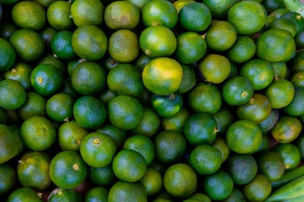 Zielone limonki calamansi na azjatyckim targu ulicznym