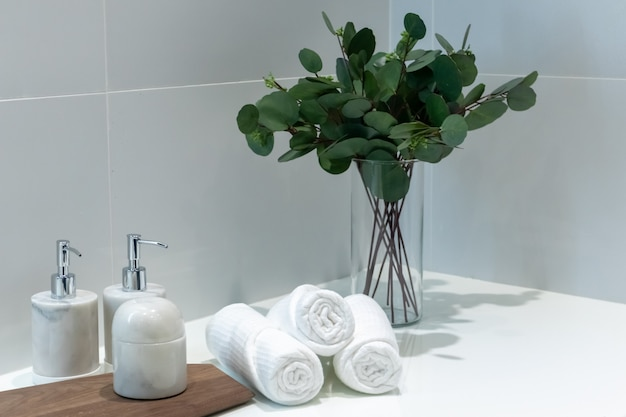 Zielone liście i dekoracja ręczników w łazience