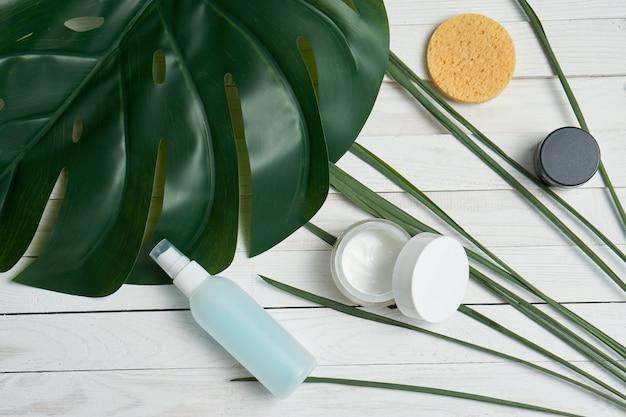 Zielone liście kosmetyki łazienka dostarcza dekoracje dekoracyjne drewniane przestrzenie.